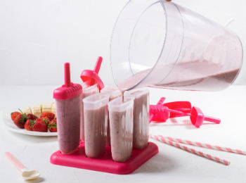 Making strawberry and banana smoothie popsicles